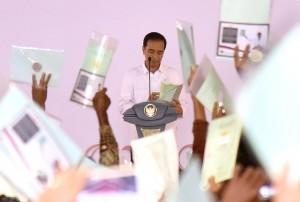 Presiden Jokowi menghitung sertifikat hak atas tanah yang dibagikan kepada masyarakat di Kabupaten Tegal dan sekitarnya, beberapa waktu lalu. (Foto: Dok. Humas)