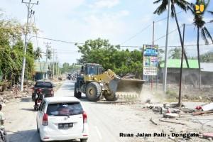 Alat berat yang digunakan Kementerian PUPR membersihkan jalan Palu Donggala. (Foto: Kementerian PUPR)