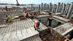 Pembangunan Pelabuhan New Priok - Aktivitas pekerja pada proyek pembangunan Pelabuhan New Priok di Kalibaru, Jakarta Utara, Senin (29/12). Kementerian Perhubungan akan memastikan proyek investasi tanpa perencanaan tidak akan dijalankan. Kompas/Iwan Setiyawan (SET) 29-12-2014