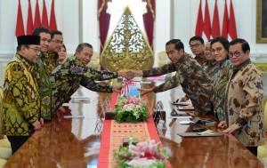 Ketua BPK Moermahadi Soerja Djanegara menyerahkan laporan IHPS I Tahun 2018 kepada Presiden Jokowi, di Istana Merdeka, Jakarta, Kamis (4/10) pagi. (Foto: Rahmat/Humas)