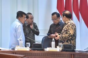 Wapres Jusuf Kalla berbincang dengan Mensesneg, Seskab, dan Menpar sebelum rapat terbatas, di Kanto Presiden, Jakarta, Selasa (2/10) sore. (Foto: JAY/Humas)
