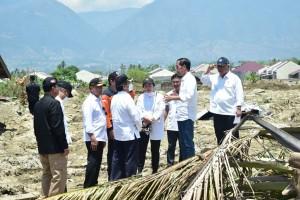 Presiden Jokowi berdiskusi dengan sejumlah pejabat saat meninjau kawasan terdampak gempa di Patebo, Palu, Sulteng, Rabu (3/10) siang. (Foto: BPMI Setpres/ES)
