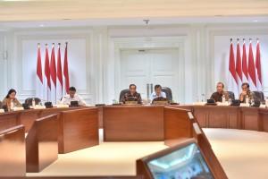 Presiden Jokowi memimpin Rapat Terbatas mengenai Penanganan Dampak Gempa dan Tsunami di Palu dan Donggala, di Kantor Presiden, Jakarta, Selasa (2/10) siang. (Foto: JAY/Humas)