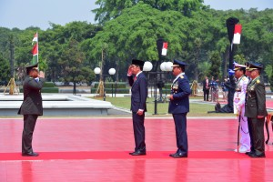 Presiden Jokowi menerima laporan Komandan Upacara pada HUT ke-73 TNI, di Plaza Mabes TNI, Cilangkap, Jakarta, Jumat (5/10) pagi. (Foto: OJI/Humas)