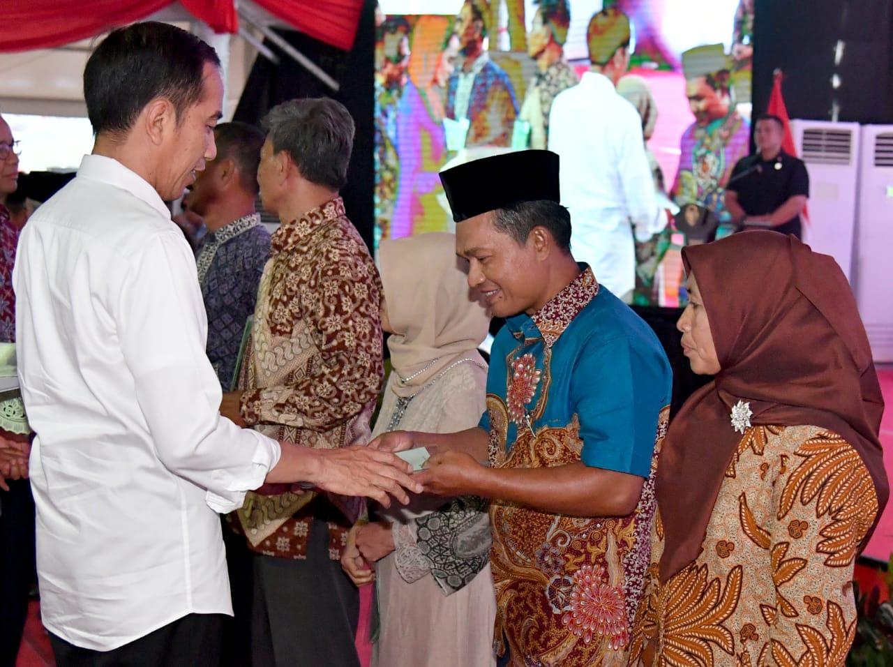 presiden-serahkan-10-000-sertifikat-tanah-untuk-rakyat-ke-warga-jakarta-utara-11