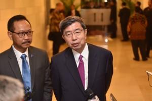 Presiden ADB Takehiko Nakao didampingi tokoh perbankan Indonesia, Sigit Pramono, menjawab wartawan di BNDCC, Nusa Dua, Bali, Jumat (12/10) siang. (Foto: JAY/Humas)
