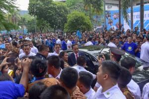 Civitas Akademika UKI berebut meminta foto dengan Presiden Jokowi, saat hadir di Kampus UKI, Cawang, Jakarta, Senin (15/10) pagi. (Foto: JAY/Humas)