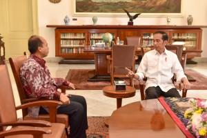 Presiden Jokowi menerima Kepala Pusat Data, Informasi, dan Humas BNPB, Sutopo Purwo Nugroho, di Istana Kepresidenan Bogor, Jabar, Jumat (5/10) siang. (Foto: JAY/Humas)