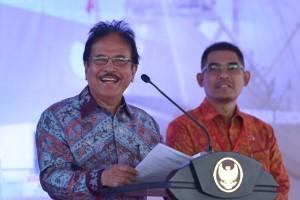 Menteri ATR/Kepala BPN Sofyan Djalil menyampaikan laporan pada penyerahan 10.000 sertipikat hak atas tanah, di Lapangan Kawasan Berikat Nusantara, Marunda, Jakarta Utara, Rabu (17/10) sore. (Foto: OJI/Humas)