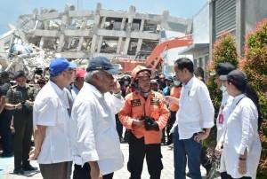 Presiden Jokowi, Rabu (3/10) siang, meninjau proses evakuasi di Hotel Roa-Roa, yang ambruk saat tsunami menerjang Palu, Jumat (28/9) lalu. (Foto: BPMI Setpres)