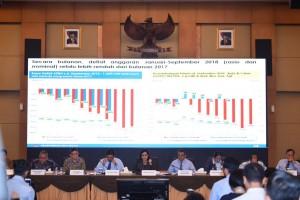 Menteri Keuangan Sri Mulyani Indrawati didampingi para pejabat eselon I Kemenkeu menyampaikan keterangan pers, di Jakarta, Rabu (17/10) siang. (Foto: Humas Kemenkeu)