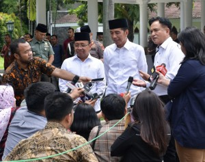 Presiden Jokowi memberikan keterangan kepada wartawan usai bertemu Yusril Ihza Mahendra. (Foto: BPMI)