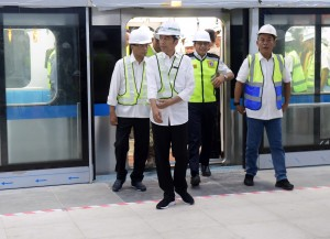 Presiden Jokowi didampingi Menhub dan Gubernur DKI Jakarta mencoba MRT dari Bundaran HI ke Depo Lebak Bulus, Jakarta, Selasa (6/11) pagi. (Foto: Rahmat/Humas)