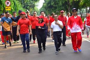 Mensesneg dan Waseskab mengikuti jalan sehat HUT ke-47 Korpri di Plaza Tenggara komplek Gelora Bung Karno, Senayan Jakarta, Sabtu (1/12). (Foto: Humas/Jay)