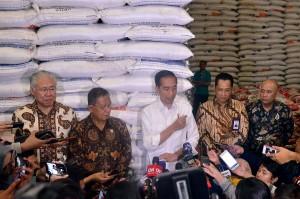 Presiden Jokowi didampingi sejumlah pejabat menjawab wartawan usai meninjau Gudang Bulog, Perum Bulog Divre DKI Jakarta, Kelapa Gading, Jakarta Utara, Kamis (10/1) pagi. (Foto: AGUNG/Humas)