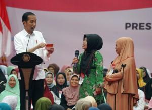 Presiden Jokowi berdialog dengan penerima PKH dan BPNT, di GOR Laga Tangkas, Cibinong, Kabupaten Bogor, Jawa Barat, Jumat (22/2) sore. (Foto: Anggun/Humas)