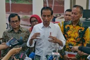 Presiden Jokowi didampingi Seskab dan Mensos menjawab wartawan usai menghadiri acara Penyaluran Bantuan Sosial PKH dan BPNT, di Gedung Laga Tangkas, Cibonong, Bogor, Jawbae, Jumat (22/2) sore. (Foto: Anggun/Humas)