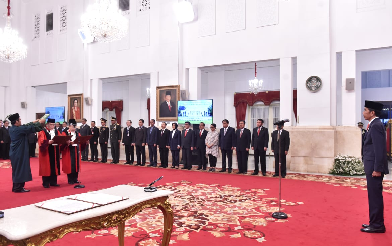 presiden-jokowi-saksikan-sumpah-dua-hakim-mk-dan-lantik-dubes-ri-untuk-nigeria-4
