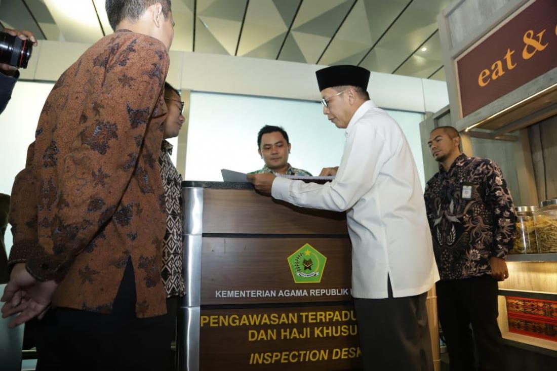 Menag usai melakukan peninjauan pelayanan haji dan  umroh, di Bandara Soekarno-Hatta, Cengkareng, Minggu (26/5). (Foto: Humas Kemenag).