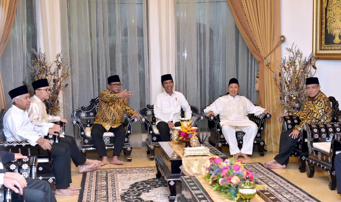 Presiden Jokowi berbincang dengan Ketua DPD RI Oesman Saptan dan Wakil Presiden RI ke-9 Hamzah Has, saat menghadiri buka puasa bersama di kediaman Ketua DPD RI itu, di Jakarta, Rabu (15/5) malam. (Foto: Setpres)