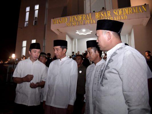 Presiden Jokowi usai menunaikan salat Isya dan tarawih berjemaah di Bogor, Jawa Barat, Minggu (5/5) malam. (Foto: BPMI)