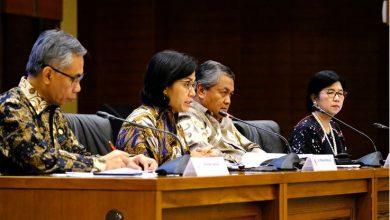 Menkeu Sri Mulyani Indrawati didampingi Gubernur BI, Deputi Gubernur BI, dan Ketua OJK menyampaikan keterangan pers di Jakarta, Kamis (23/5) siang. (Foto: Humas Kemenkeu)