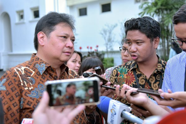 Menperin Airlangga Hartarto menjawab wartawan yang mencegatnya usai mengikuti rapat terbatas, di Istana Merdeka, Jakarta, Kamis (16/5) sore. (Foto: AGUNG/Humas)