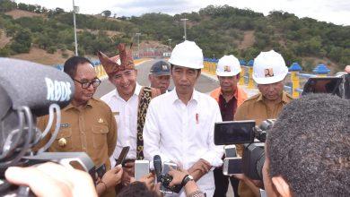 Presiden Jokowi menjawab wartawan usai meresmikan Bendungan Rotiklot, di Desa Fatuketi, Kecamatan Kakuluk Mesak, Kabupaten Belu, NTT,  Senin (20/5) siang. (Foto: Setpres)
