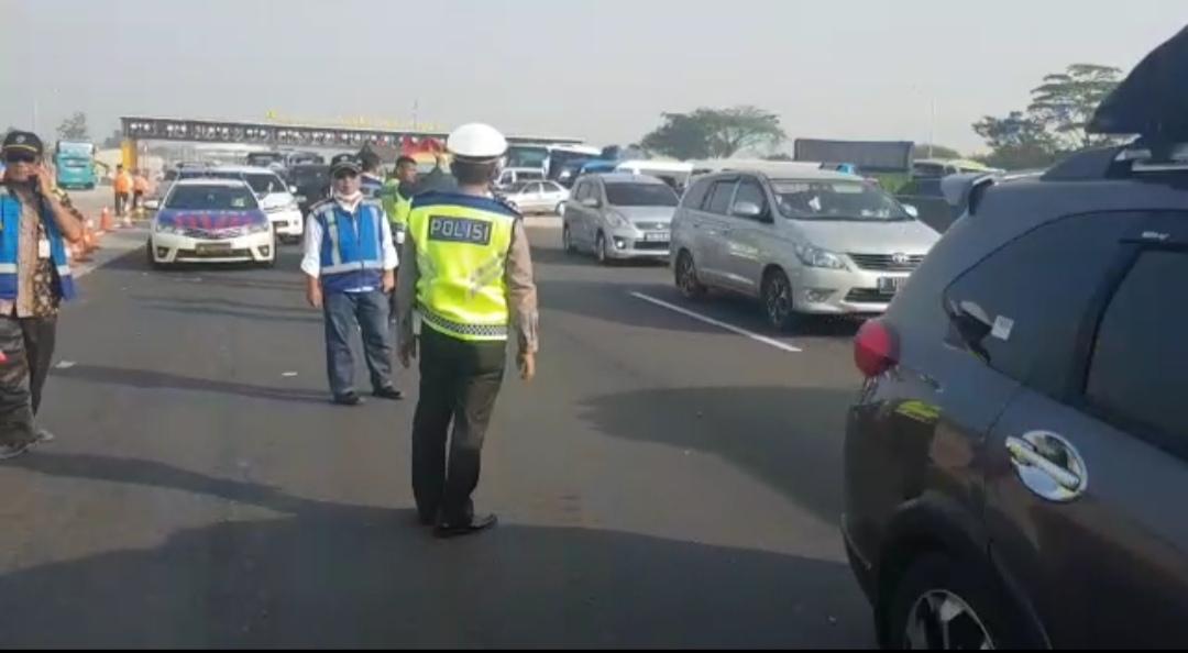 Petugas mengatur pemberlakukan berakhirnya One Way di ujung Tol Brebes Barat, Jateng, Kamis (30/5). (Foto: Info Mudik 2019)