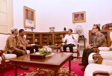 Abdul Rajab dan Ismail, pedagang yang menjadi korban penjarahan pada kerusuhan 22 Mei lalu, diterima Presiden Jokowi di Istana Merdeka, Jakarta, Jumat (22/5). (Foto: Setpres)