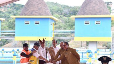 Presiden saat meresmikan meresmikan Bendungan Rotiklot yang terletak di Desa Fatuketi, Kecamatan Kakuluk Mesak, Kabupaten Belu, Senin (20/5). (Foto: BPMI)