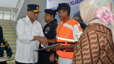Menhub saat saat meninjau Pelabuhan Kumai, Kabupaten Kotawaringin Barat, Kalimantan Tengah Sabtu (25/5). (Foto: Kemenhub).
