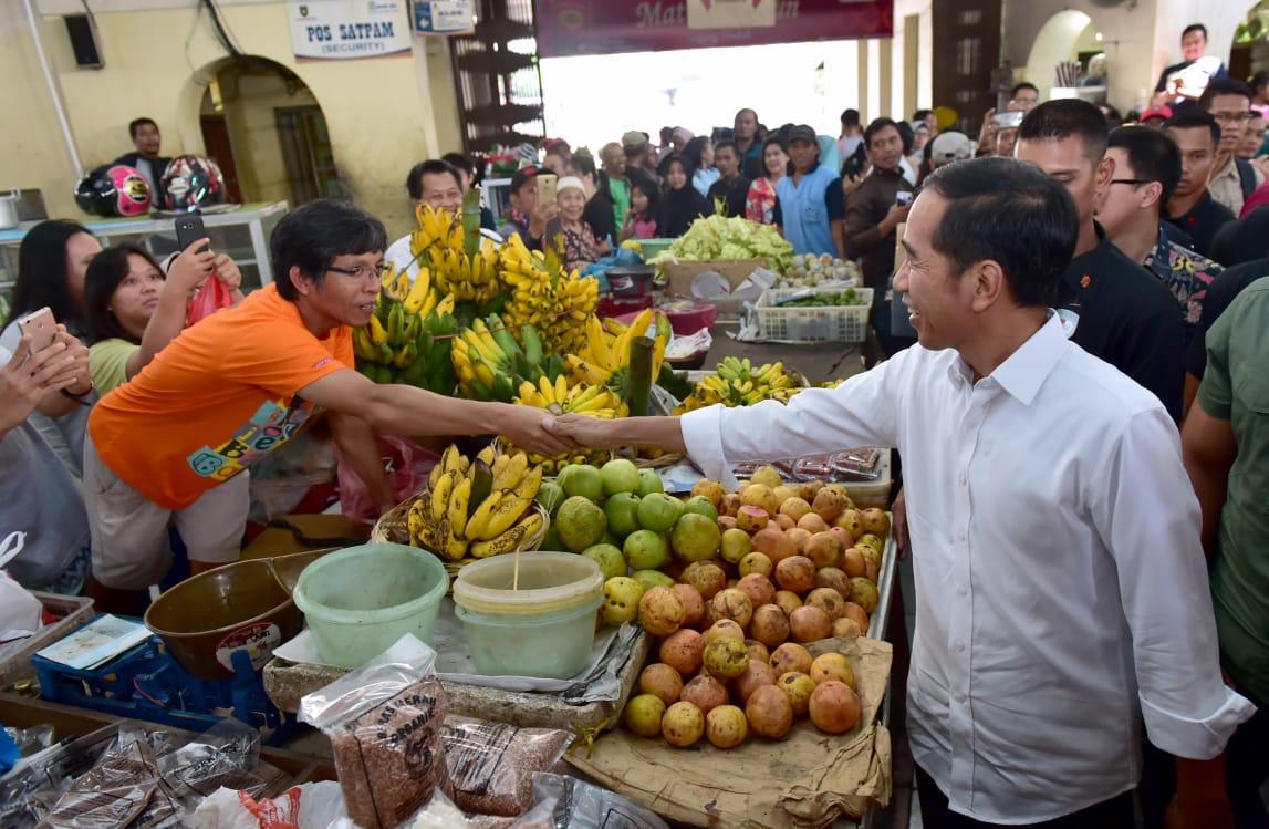 kunjungi-pasar-gede-solo-presiden-dan-keluarga-belanja-buah-hingga-ulekan-16