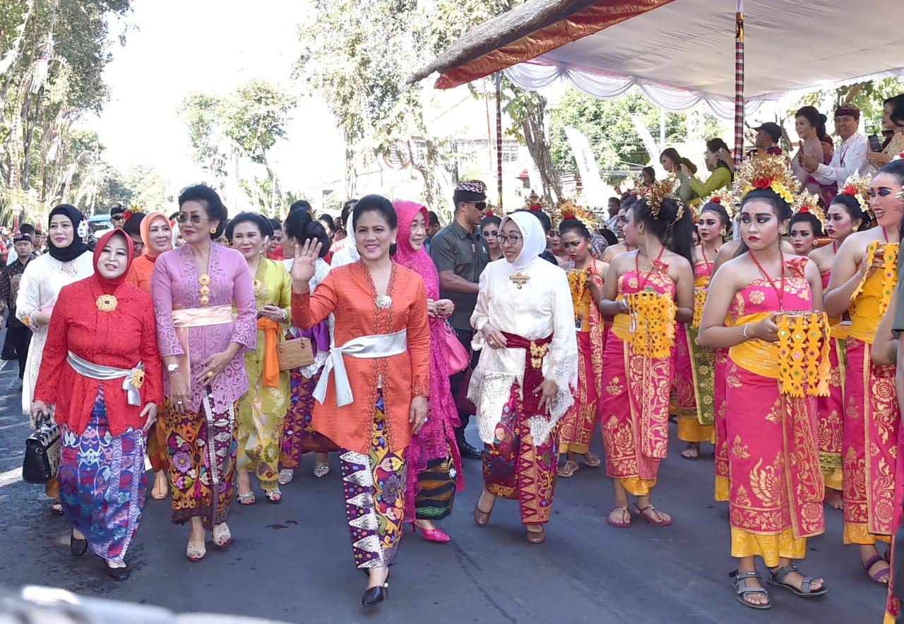 tak-hanya-membuka-acara-presiden-jokowi-ikut-menjadi-peserta-pawai-pesta-kesenian-bali-2019-8