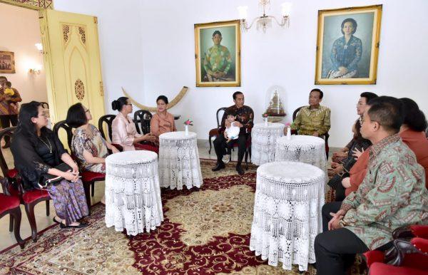 Presiden Jokowi saat bersilaturahmi ke Keraton Yogyakarta untuk bertemu Sultan Hamengkubuwono X, Jumat (7/6). (Foto: BPMI).