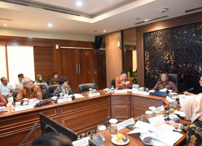 Menko Perekonomian Darmin Nasution memimpin Rapat Koordinasi Evaluasi KUR, di kantor Kemenko Perekonomian, Jakarta, Rabu (3/7)