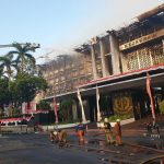 Kondisi terakhir Gedung Kejagung. Petugas Damkar masih melakukan pendinginan setelah berhasil memadamkan api yang membakar lebih dari 10 jam. (FOTO: SINDOnews)