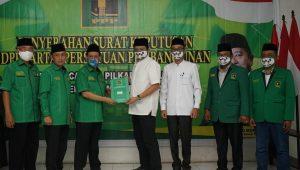 Ketua DPW PPP Provinsi Sumatera Selatan (Sumsel) Agus Sutikno menyerahkan SK DPP PPP kepada Enos-Yudha di kantor DPW PPP Sumsel, Palembang, KaKetua DPW PPP Provinsi Sumatera Selatan (Sumsel) Agus Sutikno menyerahkan SK DPP PPP kepada Enos-Yudha di kantor DPW PPP Sumsel, Palembang, Kamis (5/8/2020).mis (582020).