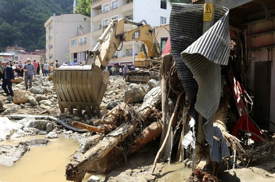 Warga memeriksa kerusakan setelah banjir yang disebabkan oleh hujan lebat di kota pegunungan Dereli di provinsi Giresun, di sepanjang garis pantai Laut Hitam Turki, Minggu, 23 Agustus 2020. (Foto AP)