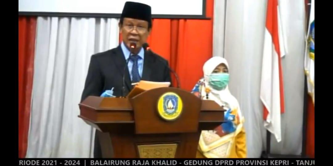 Isdianto bersama Suryani saat menyampaikan visi dan misi pencalonannya di Sidang Paripurna DPRD Kepulauan Riau, Senin (12/10),