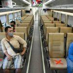Sejumlah penumpang dengan mengenakan masker di dalam gerbong kereta api luar biasa relasi Gambir-Surabaya Pasar Turi lintas selatan di Stasiun Gambir, Jakarta. [Antara]