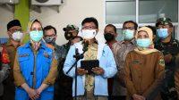 Menteri Kominfo Johnny G. Plate (tengah) bersama Walikota Tangerang Selatan Airin Rachmi Diany saat memberikan keterangan untuk pekerja media mengenai Uji Coba Satu Data Vaksinasi di Puskesmas Jurangmangu, Kec. Pondok Aren, Tangerang Selatan, Selasa (12/01/2021). -
