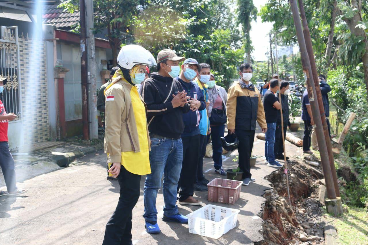 Walikota Tangsel Airin Rachmi Diany saat meninjau banjir dan Longsor