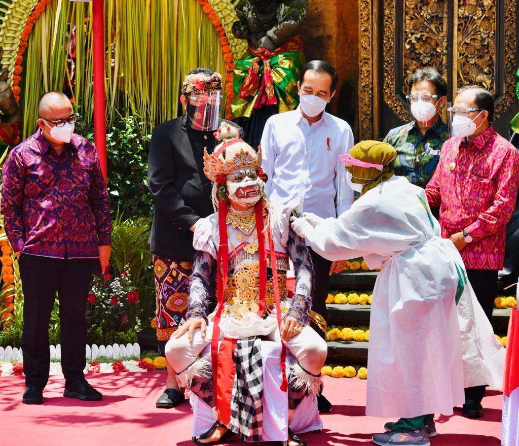 Tinjau Vaksinasi Massal di Bali, Presiden Berharap Sektor Pariwisata Bali Segera Bangkit