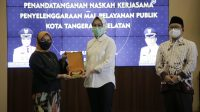 Walikota Tangerang Selatan Airin Rachmi Diany didampngi Ketua DPRD Kota Tangerang Selatan Abdul Rasyid bersama Deputi Bidang Pelayanan Publik Kementerian Pendayagunaan Aparatur Negara dan Reformasi Birokrasi (Kementerian PAN-RB) Diah Natalisa saat penandatanganan komitmen dan kesanggupan untuk mewujudkan penyelenggaraan Mal Pelayanan Publik (MPP) Kota Tangerang Selatan, Jumát (5/3/2021)