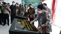 Ketua DPR RI Dr. (H.C.) Puan Maharani saat meresmikan perubahan nama Bandar Udara Pekonserai menjadi Bandar Udara Muhammad Taufiq Kiemas di Kabupaten Pesisir Barat, Lampung, Sabtu (10/4/2021).