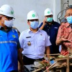Pejabat PLN dan Pemerintah Kota Tengerang meninjau program konversi sampah menjadi bahan bakar terbarukan refuse derived fuel (RDF) di TPA Rawa Kucing, Tangerang, 28 April 2021. (Foto: Istimewa)