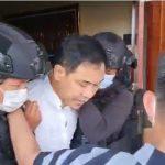 Munarman saat ditangkap di rumahnya.
