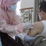 Wakil Walikota Pilar Saga Ichsan saat vaksinasi Covid-19, kemarin.