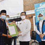 Wakil Walikota Tangsel, melepas pasien yang dinyatakan sembuh di RLC Tangsel.